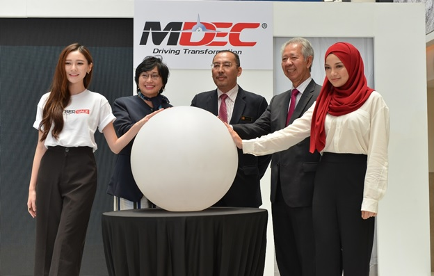 (L-R):Yumi Wong, Celebrity Supporter of #MYCYBERSALE; Dato' Yasmin Mahmood, CEO of MDeC; Dato' Jailani bin Johari, Deputy Minister of Communications and Multimedia Malaysia; YBhg. Tan Sri Abdul Halim Ali; Neelofa Noor, Celebrity Supporter of #MYCYBERSALE