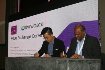 (L-R)Koh Eng Kiong, Regional Director, ASEAN, Dynatrace, & Thillai Raj Ramanathan, CTO, MIMOS Berhad signing the Memorandum of Understanding