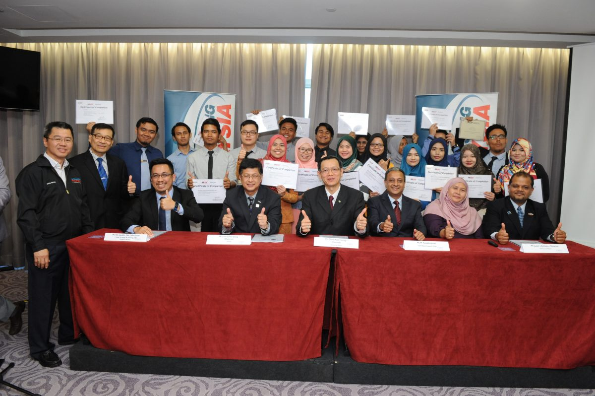 Seated Left to Right: Nik Izudin Nik Mohd Yusof -Head of Strategy & Planning GBS Division MDEC, Chin Chee Seong-PIKOM Chairman, Cheah Kok Hoong-Outsourcing Malaysia Chairman, M. Pattabhiraman-OM Talent Council Chair, Professor Madya Dr Aini Binti Aman of Universiti Kebangsaan Malaysia and Justin J Anthony, Outsourcing Malaysia Director together with some of the GEMS-SSO graduates.