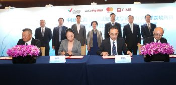 At the MOU signing ceremony were (L-R) Thomas Tan, Senior Managing Director, Global Wholesale Banking, CIMB Group; Wendy Chen, Vice President, ValuePay; Wang Lei, General Manager, COMMIN and Dennis Chang, Division President, China, Mastercard, witnessed by officials from the Shanghai Free Trade Zone (SFTZ).