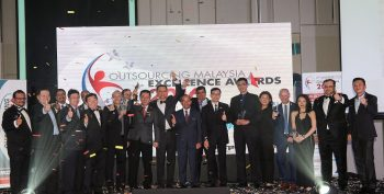 inners of the 2016 OM Excellence Award gathered on stage alongside Tan Seri Sidek Hassan, OM EXCO Members and PIKOM Office Bearers'