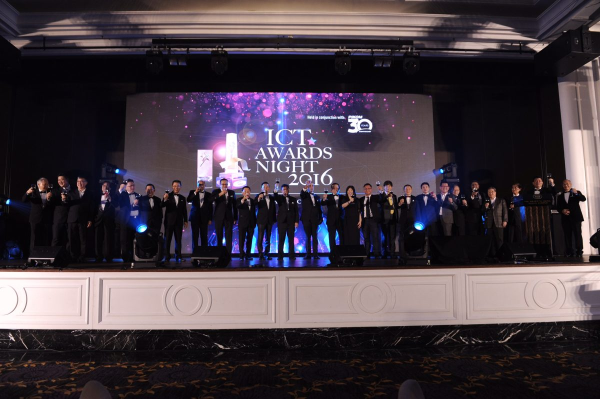 PIKOM COUNCIL 20152016 on stage at the toasting ceremony
