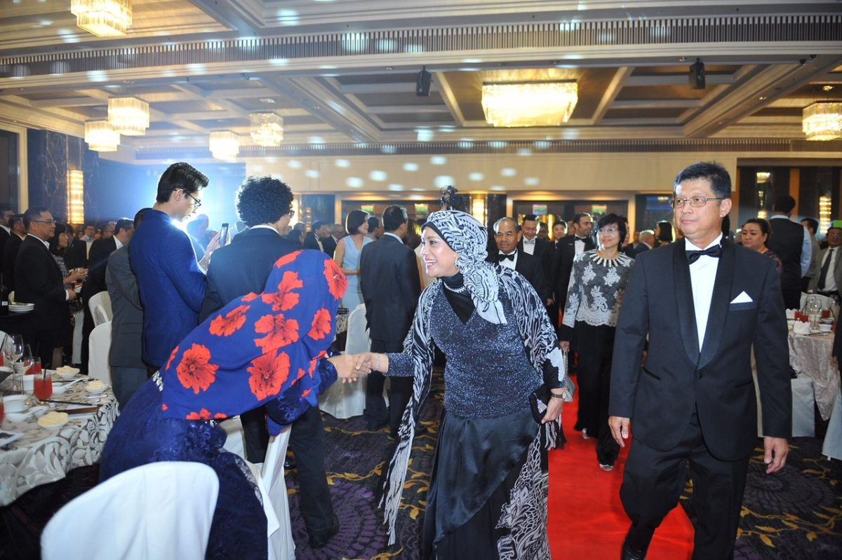 Secretary General of Ministry of Communications and Multimedia, YBhg. Dato' Seri Dr. Sharifah Zarah Syed Ahmad greeting guests on arrival. PIKOM CHAIRMAN Chin Chee Seong (RIGHT)