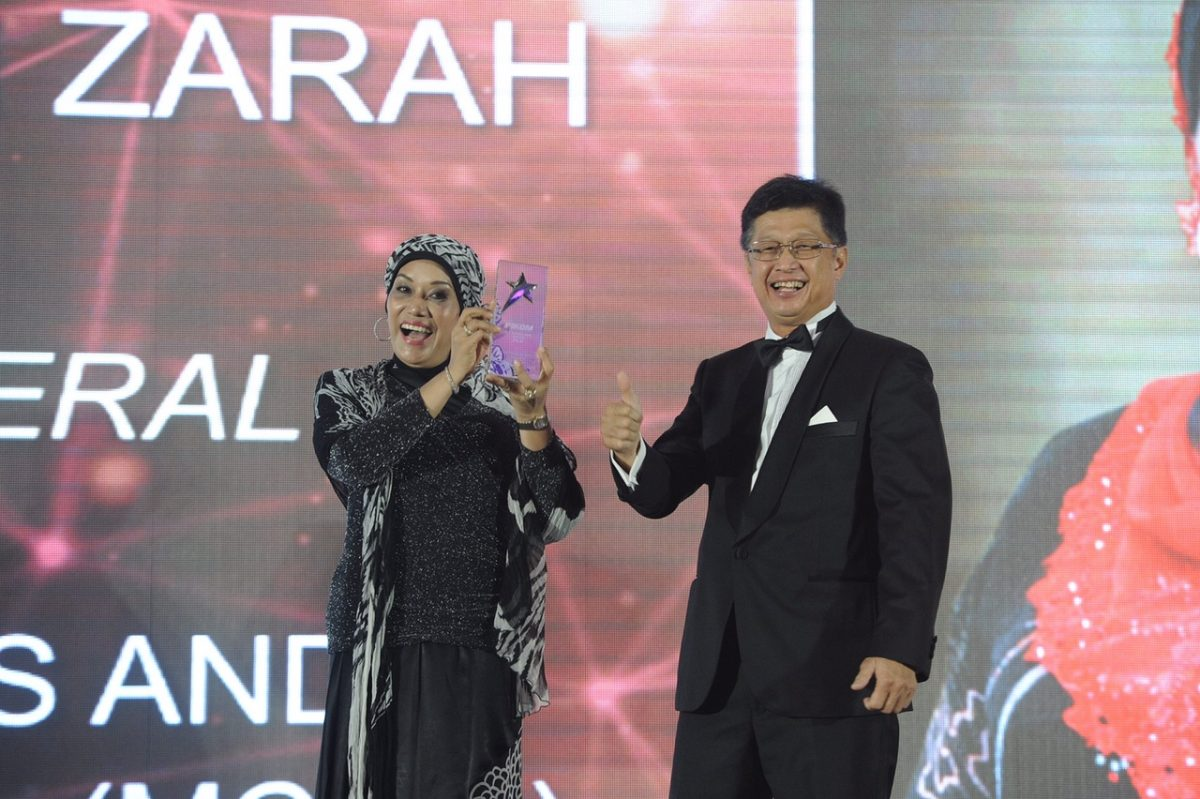 YBhg. Dato' Seri Dr. Sharifah Zarah Syed Ahmad wins the PILA AWARD for ICT Personality of the Year. Beside her is PIKOM Chairman Chin Chee Seong