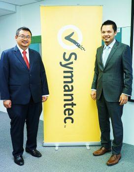 (L-R): YBhg. Dato' Dr. Haji Amirudin Abdul Wahab, CEO of CyberSecurity Malaysia; David Rajoo, Director, Systems Engineering, Malaysia]