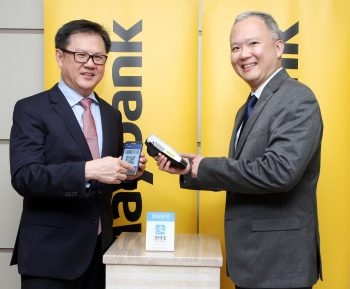 Maybank rolls out Alipay-enabled terminals in Malaysia -  (L-R) Group Community Financial Services Head Maybank, Datuk Lim Hong Tat and Group Chief Strategy Office Maybank, Michael Foong showcases the Maybank Alipay-enabled terminals.