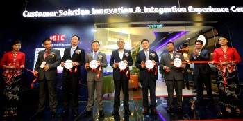Datuk Seri Dr. Mohammad Salleh Said Keruak (center) officiates Huawei Solution Innovation & Integration Experience Center. (L-R): Dr. Abang Azhari Abang Hadari, Commissioner of MCMC; Datuk Teo Chee Kang, Minister of Special Tasks in Sabah Chief Minister's Office; Abraham Liu, CEO of Huawei Technologies Malaysia; Kevin Zhang, President of Southern Pacific Region, Huawei; and Dato' Mohd. Ali Hanafiah Mohd. Yunus