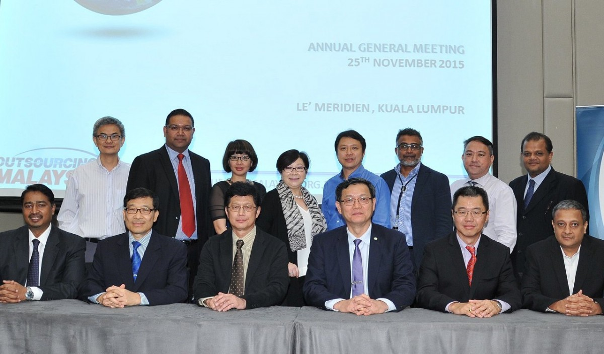 (Front L-R) Anthony Raja (Deputy Chairman – Outsourcing), Dato Lim Han Boon (Treasurer), C.S Chin (PIKOM Chairman), Cheah Kok Hoong, (谢国雄) (OM Chairman), David Wong (Chairman Emeritus), M.Pattabhiraman (Deputy Chairman – Shared Services), (Back L-R): Committee Members: Edmund Eer, Jason Crimson, Linda Lai, Munirah Looi, Alex Hee, Paul Raymond & Nicholas Tay. Justin J Anthony (Director, Outsourcing Malaysia Secretariat)