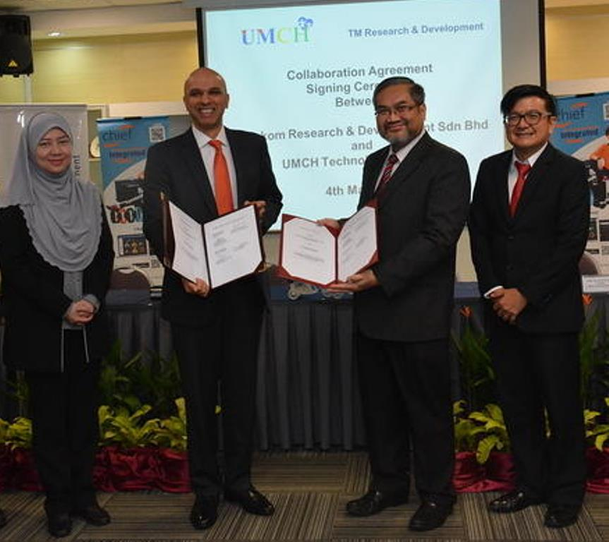 Dr. Gopi Kurup, Chief Executive Officer, TM R&D (2nd from left) exchanging documents with Prof. Dr. Awang Bulgiba Awang Mahmud, Chairman of UMCH Technology Sdn Bhd (UMCH) (2nd from right) while being witnessed by Maimunah Reduan, General Manager of Strategy & Business Management, TM R&D (left) and Prof. Dr. Loo Chu Kiong, Director, UMCH (right).