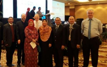Some of the panellists pose with attendees and event VIPs. (L-R): Dr. Richardus Eko Indrajit, Dr. Ole Nielsen, Puan Hamimah Ibrahim, Dr. Wardah Zainal Abidin, Dr. Ariffin Marzuki, Aaron Tan Dani and Chris Forde.