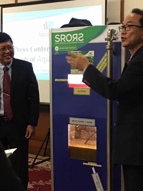 (L-R): Ow Eng Haw and Andrew Liew demonstrate the AquaECO-SRORS system to the press.