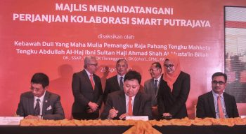 Mohamad Rozaimy Abd Rahman, Executive Vice President, Global Wholesale TM (seated, centre), signing the agreement for Smart Putrajaya Collaboration on behalf of TM together with Raja Dato' Mufik Affandi Raja Khalid, Director, TMS (seated, left) and Azizi A. Hadi, Chief Executive Officer and Executive Director, webe (seated, right) who represented their respective organisations. The ceremony was witnessed by (standing at the back, from left) Tan Sri Zamzamzairani Mohd Isa, former Group Chief Executive Officer, TM, His Royal Highness the Regent of Pahang, Tengku Mahkota Tengku Abdullah Al-Haj Ibni Sultan Haji Ahmad Shah Al-Musta'in Billah and Dato' Sri Dr. Halim Shafie, Chairman of MCMC.